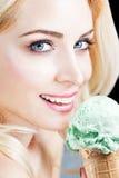 Femme mangeant la crème glacée de Pistacia Photographie stock