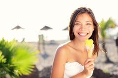 Femme mangeant la crême glacée Photographie stock
