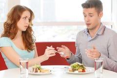 Femme mangeant la fraise du plat de l'homme Images libres de droits