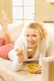 Femme mangeant la mousseline photo stock