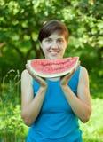 Femme mangeant la pastèque Image libre de droits