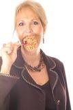 Femme mangeant la pomme de sucrerie photo stock