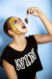 Femme mangeant la souris Photo stock