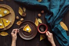Femme mangeant la tarte de potiron images stock