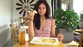 Femme mangeant la tranche de pizza de fromage Photo libre de droits