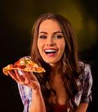 Femme mangeant la tranche de pizza italienne L'étudiant consomment les aliments de préparation rapide Photos libres de droits