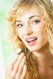 Femme mangeant le bonbon photo libre de droits