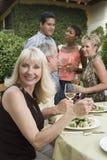 Femme mangeant le déjeuner avec des amis Photographie stock