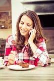 Femme mangeant le gâteau Photo libre de droits