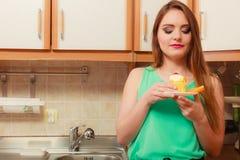 Femme mangeant le gâteau doux délicieux gluttony Images libres de droits