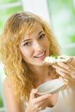 Femme mangeant le pain croustillant photo libre de droits