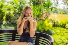 Femme mangeant le petit déjeuner sur la terrasse Cette poussée d'énergie pour la journée entière photographie stock