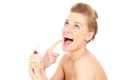 Femme mangeant le petit gâteau photo libre de droits
