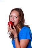 Femme mangeant une pomme rouge. Images libres de droits