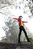 Femme marchant à travers un logarithme naturel Photo stock