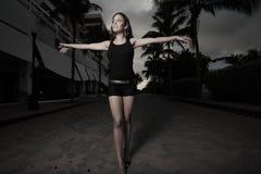 Femme marchant avec des bras étendus Photo stock