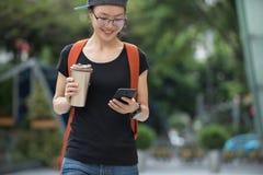 Femme marchant avec la tasse de café image stock