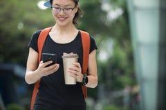 Femme marchant avec la tasse de café photo libre de droits