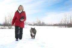 Femme marchant avec le crabot Photographie stock libre de droits