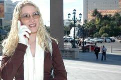 Femme marchant avec le téléphone portable Photos libres de droits