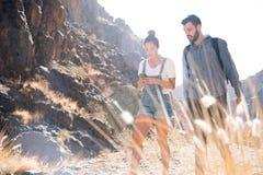 Femme marchant avec le téléphone portable dans les montagnes Image stock