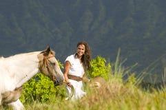Femme marchant avec un cheval Photo stock
