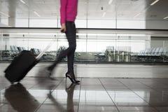 Femme marchant dans l'aéroport, brouillé dans le mouvement Image libre de droits