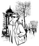 Femme marchant dans l'avenue de Champs-Elysees à Paris illustration stock