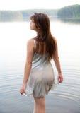 Femme marchant dans l'eau dans le lac Images libres de droits