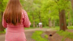Femme marchant dans la fin de forêt vers le haut du tir clips vidéos