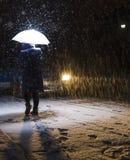 Femme marchant dans la neige Image libre de droits