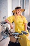 Femme marchant dans la robe jaune ? la vieille ville de Paphos photos libres de droits