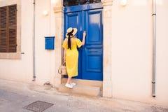 Femme marchant dans la robe jaune ? la vieille ville de Paphos photos stock