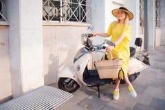 Femme marchant dans la robe jaune ? la vieille ville de Paphos photographie stock libre de droits