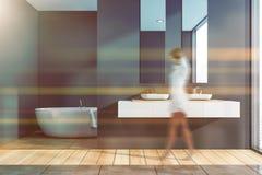 Femme marchant dans la salle de bains grise image libre de droits