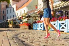 Femme marchant dans la vieille ville photographie stock libre de droits