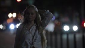 Femme marchant dans la ville calme de nuit banque de vidéos