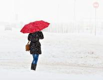 Femme marchant dans la ville d'hiver Image stock