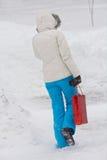 Femme marchant dans la ville d'hiver Photo stock