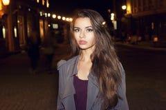 Femme marchant dans la ville de nuit Images libres de droits