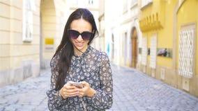 Femme marchant dans la ville Jeune touriste attirant dehors dans la ville européenne banque de vidéos