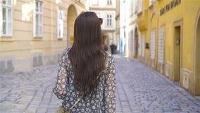 Femme marchant dans la ville Jeune touriste attirant dehors dans la ville italienne banque de vidéos
