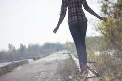 Femme marchant dans le brouillard au-dessus de la rivière sur le pont Images stock