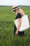Femme marchant dans le domaine vert photographie stock libre de droits