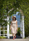 Femme marchant dans le jardin Photos libres de droits