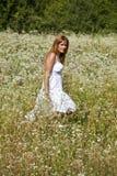 Femme marchant dans le jardin sauvage Photographie stock libre de droits