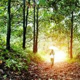 Femme marchant dans les bois Photographie stock libre de droits