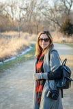 Femme marchant dans les bois avec l'appareil-photo en hiver photo libre de droits