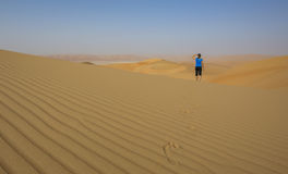 Femme marchant dans un désert Images libres de droits