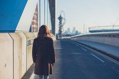 Femme marchant dans une ville pendant l'hiver Photo stock